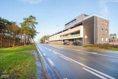 Met deze klassevolle residentie 'Woonhof Dahlia' bevinden we ons tussen Houthalen-Oost en Zwartberg (Genk). Prachtig gelegen op amper 4 km van de E314 en met vooraan zicht op een groene zone waar het immense natuurgebied van Hengelhoef begint. Het duplex appartement strekt zich uit over het gelijkvloers en de 1ste verdieping, is zeer trendy ingericht, beschikt over een aangenaam terras, ondergrondse parking en mag zeker de stempel 'luxueuze afwerking' krijgen.  Het duplex appartement kan in…