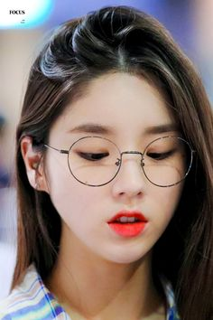 Can you name the kpop idols wearing glasses? Kpop Girl Groups, Kpop Girls, Korean Girl, Asian Girl, Best Photo Poses, Wearing Glasses, Korean Makeup, Ulzzang Girl, My Beauty
