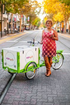 Bike-based food carts serve everything from organic popsicles to cold-brew coffee – appealing to consumers who support small, eco-friendly food producers or simply want good food on the go. Food Truck, Ice Cream Cart, Diy Ice Cream, Bicycle Cart, Food Cart Design, Bike Food, Tricycle Bike, Mobile Catering, Container Shop