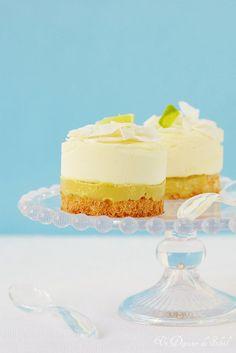 Entremets mangue, coco et fruits de la passion. Elegant exotic cake ©Edda Onorato