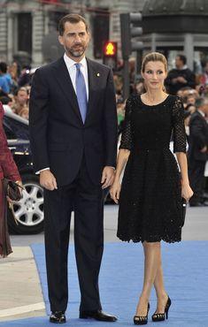 "Queen Letizia of Spain Photos - Prince Felipe of Spain and Princess Letizia of Spain attend ""Prince of Asturias Awards ceremony at the Campoamor Theatre on October 2010 in Oviedo, Spain. Spanish Royalty, Estilo Real, Estilo Fashion, Princesa Diana, Queen Letizia, Glamour, Prince And Princess, Mode Hijab, Mode Outfits"