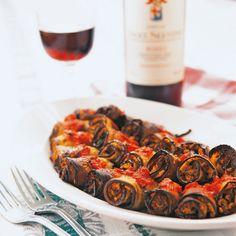 Eine feine Delikatesse aus Apulien sind die würzigen Auberginenröllchen, gefüllt mit einer Mischung aus Rosinen, Pinienkernen und Kräutern.