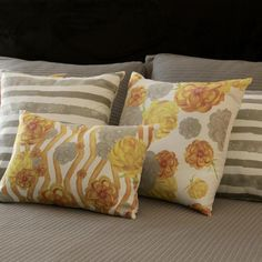 Com um tamanho diferenciado, a Almofada Yellow Blend é perfeita para finalizar looks de cama ou salas. Sua estampa combina desenhos geométricos e florais e é perfeita para adicionar um pouco de charme e sofisticação para os seus espaços! Combine com almofadas e mantas de tricot nas cores cinza, amarelo ou marfim e deixe sua casa ainda mais relaxante e confortável! Shop now> http://www.lolahome.com.br/almofada-yellow-blend-748.aspx/p