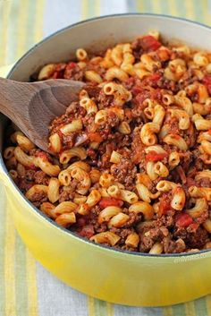 8 SP - This one-pot Beefy American Goulash (also known as American Chop Suey) is perfect comfort food for only 379 calories or 8 Weight Watchers SmartPoints! Ww Recipes, Pasta Recipes, Dinner Recipes, Cooking Recipes, Healthy Recipes, Elbow Macaroni Recipes, Fodmap Recipes, Beef Dishes, Gastronomia