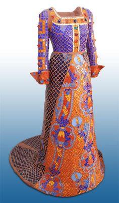 SYLVIE POTIER  Costume de la dame à la licorme 1,70m pâtes de verre et résine polyester