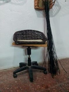 Nico, el artesano de mimbre, anea, rejilla, cuerda y caña:    Cesta de mimbre negro para perro pequeño
