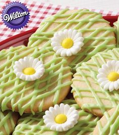 Sweet as a daisy cookies! @Wilton Cake Decorating Cake Decorating #creativitymadesimple