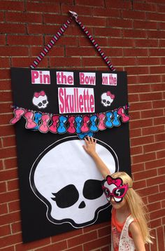 Pin the Bow on the Skullette game for Monster High Party Monster High Party, Cumple Monster High, Monster High Cakes, Monster Birthday Parties, Birthday Party Games, 8th Birthday, Turtle Birthday, Turtle Party, Carnival Birthday