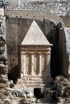 The Tomb of Zechariah is an ancient monument located in the upper Kidron valley, at the foothills of Mount Olives, facing the old city of Jerusalem. Ancient Ruins, Ancient History, Jerusalem, Heiliges Land, Terra Santa, Arte Judaica, Naher Osten, Mount Of Olives, Israel Palestine