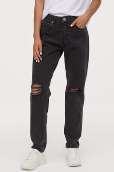 H&M Boyfriend Low Ripped Jeans – Black - Christmas Deesserts Black Ripped Mom Jeans, Black Boyfriend Jeans, Slim Mom Jeans, Boyfriend Jeans Outfit, Black Denim, Tomboy Outfits, Outfit Jeans, Retro Outfits, Jean Outfits