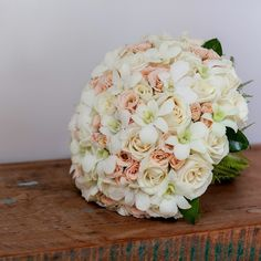 Delicadeza! A cara da noiva. Foto: @marinefonteyne #seubuquedoseujeito #casamentoperfeito #casamentotabitaecarlos #casamentos #bouquet #bouquets #buquedenoiva #buque #bouquetdenoiva #noivasdaana #bride #wedding #weddinginspiration #weddings #anacavalcantibuquedesign #anacavalcanti #bouquetderosas
