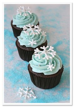 Cupcakes are so easy to make which makes them a perfect choice for dessert. Also there are so many interesting ideas for cupcakes decoration. Winter Cupcakes, Holiday Cupcakes, Christmas Desserts, Christmas Treats, Christmas Baking, Frozen Cupcakes, Themed Cupcakes, Christmas Cupcakes Decoration, Decorate Cupcakes