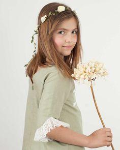 Vestido ceremonia niña modelo Lauren en lino verde seco y detalles de encaje valenciene blanco. Espalda en pico. Si lo combinas con bailarinas a juego te quedará perfecto. ¡La propuesta Quémono para las niñas más mayores!.