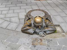 Great manhole covers in Bratislava, Slovakia - These statues are all over the city! 3d Street Art, Street Art Graffiti, Banksy, Cover Art, Statues, Sculpture Art, Sculptures, Urbane Kunst, Art For Art Sake