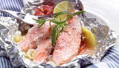 Laks i folie med grønnsaker: Stekes i stekeovn, legges på grillen eller steikes på bål. #fisk #oppskrift #middag