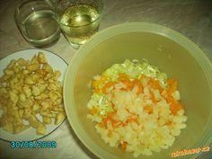 Kuřecí maso nakrájíme na malé kostičky, osolíme, přidáme trochu kari, a nejlépe na olivovém oleji or...