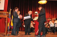ENTREGA DE PRESENTES A LOS MAESTROS MARIO Y MAXIMILIANO MANCUSO, POR PARTE DEL CORO DE LA CASA DE LA CULTURA.
