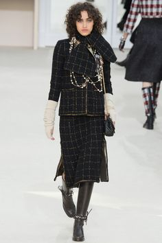 Chanel Fall 2016 Ready-to-Wear Collection Photos - Vogue Chanel Fashion, Paris Fashion, High Fashion, Moda Fashion, Fashion Week, Womens Fashion, Fashion Tips, Karl Otto, Mode Simple