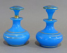 Paire de flacons d'élégante en opaline bleue à rehauts dorés,