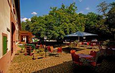 Wäre ja noch Platz für einen Frühschoppen. ... Und regnen tut`s auch (noch) nicht. Na dann Prost. Nicht nur in Wern`s Mühle in Ottweiler-Fürth. :-)