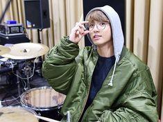 Jungkook Outfit, Jungkook Style, Jungkook Fashion, Kpop Fashion, Bts Jungkook, Bts Shirt, Green Bomber Jacket, Bts Aesthetic Pictures, Korean People