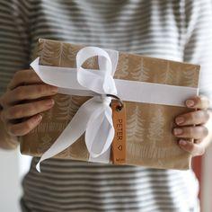 Her er et til-og-fra-kort, som ikke bliver smidt ud, når pakken er åbnet 🎁 Vedhænget kan nemlig bruges i nøglebundtet, og er en lille ekstra gave til modtageren 😊🔑🎈