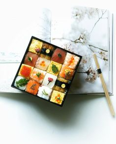 Today, I made pressed sushi looking like a cake with a colorful decoration. We enjoy the picking up a little box of tile sushi. #ちなみ寿司 お花見にいかがですか〜♬