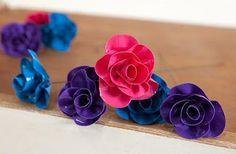 Crea rosas con cintas plásticas de colores   Solountip.com