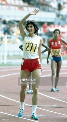 Irena Szewinska of Poland acknowledges the crowd after winning the gold medal in the women's 400 metres during the Summer Olympic Games in Montreal, circa July Motivational Images, Runners World, Summer Olympics, Track And Field, Female Athletes, Olympic Games, Poland, Crowd, Running