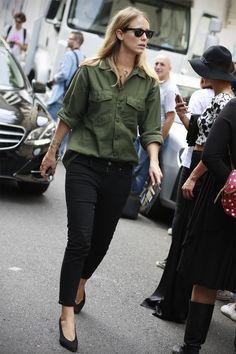 Street Style | Jennifer Neyt: khaki green button-down shirt x black skinny jeans x pumps #olivegreen #chambrayshirt