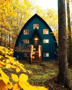 Gefllt Mal, 44 Kommentare - Matt Miller (matttothemiller) auf A-frames are cool, but a cabin shaped like a boat is on a whole other level. A Frame Cabin, A Frame House, Bungalow, Cabin In The Woods, Home Design, Cabins And Cottages, Cabin Homes, House Goals, My Dream Home