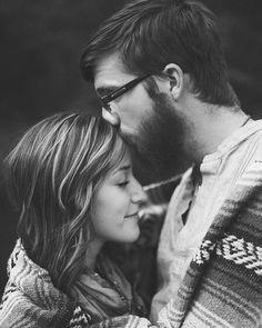 Por muy extraño que parezca por mucho que cueste creerlo a veces un día aparece esa persona. Esa persona que te que te susurra que te quiere que sonríe cuando tu sonríes que hace que con tan solo rozarte la mano te ponga los pelos de punta que se ríe de tu risa. Que te mire de esa manera profunda...que asusta. Que produzca ese nudo en la garganta. No no estoy hablando de una persona perfecta dejaré eso para las películas. Yo me refiero a cuando encuentras a alguien que lo sientes que…