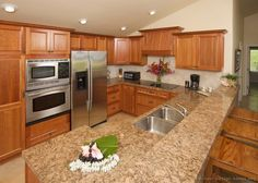 Traditional Medium Wood-Golden Kitchen Cabinets #53 (Kitchen-Design-Ideas.org) Kitchen Counter Stools, Oak Kitchen Cabinets, Granite Kitchen, Wooden Kitchen, Kitchen Countertops, Kitchen And Bath, New Kitchen, Vintage Kitchen, Kitchen Decor