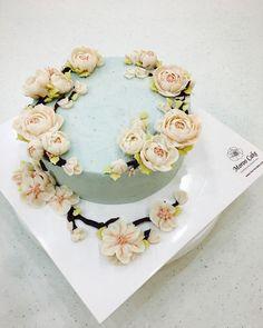 재경 친목향우회 35주년 기념 케이크. 이 계절처럼 아름다운 우정 영원하시길 바라며 봄봄하게 만들어 드렸어요. #cherryblossom#spring2017#specialcake#wreathcake#flowercake#beanpasteflowercake#ricecake#flowercakeclass#buttercreamcake#koreanflowercake#moroocake#orderedcake#glutenfree#앙금플라워케이크#리스케이크#멥쌀케이크#행사용케이크#선물용케이크#벚꽃케이크#라넌큘러스#하늘하늘#취미스타그램#플라워케이크클래스#서울강서케이크공방#생일케이크#모루케이크#케이크스타그램#봄봄봄봄이왔어요#라이스베이킹 order&class: 010.6238.1063 kakaotalk ID: moroo1004