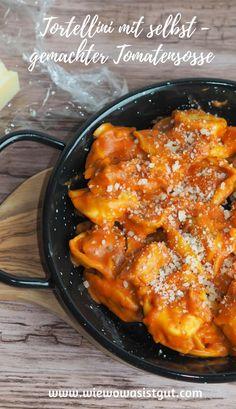 Mittags habe ich ja immer das gleich Dilemma….was koche ich für die Kids. Es muss einigermaßen schnell gehen, den Kids muss es schmecken – Tomatensoße geht einfach immer. Besonders gerne koche ich eine Tomatensoße mit frischen Kräutern wie Rosmarin oder Thymian. Natürlich sind die Tortellini mit Tomaten-Kräutersoße nicht nur ein gern gesehenes Mittagessen, sondern auch für Abends ein flinkes Essen. #tortellini #tomatensoße #kräuter