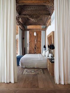 Montessori bed: inspirations to insert the furniture in the decoration - Home Fashion Trend Balinese Interior, Balinese Villa, Balinese Decor, Villa Design, Style At Home, Bali Stil, Indonesian Decor, Bali Bedroom, Bali Architecture
