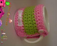 Tazas de cerámica con funda desmontable en tejido crochet con lazo y botón carita feliz www.facebook.com/Ambrosiaropainfantil
