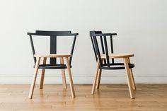 OFFSET Estructuras de diferentes colores se apoyan mutuamente dando forma a esta silla. Al utilizar el mismo diámetro de los dos anillos, la silla se convierte en un objeto apilable. Estos anillos únicos se realizan mediante técnicas de curvado de madera de avanzada de Japón. http://www.drill-design.com/work-furniture/offset