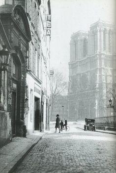 rue Saint-Julien-le-Pauvre - Paris 5ème Une image un peu mélancolique de la rue Saint-Julien-le Pauvre. Nous sommes en 1933 et la rue porte - malheureusement - bien son nom... Une photo de Gisèle Freund.