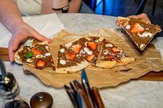 Varm sjokoladepizza med smeltet marshmallows og ferske jordbær er en herlig dessert.
