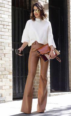 A calça de barra flare sempre garante uma pegada mais elegante e arrumada ao look.