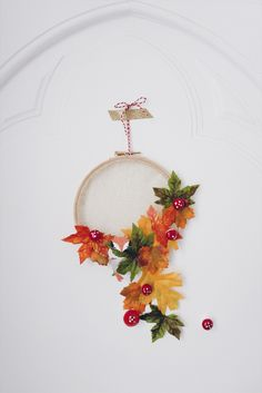 DIY // Couronne de Noël à partir d'un cercle à broder, tulle, et feuilles d'automne. Création Vanessa Pouzet  #DIY #noel #christmas #diynoel #couronne #fox Creations, Diy, Wreaths, Noel Christmas, Tambour, Tulle, Home Decor, Crowns, Leaves