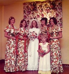 Ridiculous Vintage Bridesmaid Dresses That Will Make You Laugh Bridesmaid Dresses ugly bridesmaid dresses Awkward Wedding Photos, Awkward Family Photos, Vintage Wedding Photos, Wedding Pictures, Vintage Photos, Foto Fails, Wedding Humor, Wedding Day, Hair Wedding