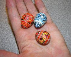 by Teresa Mihalko Harbert (http://eggsbyteresa.com/)  quail-eggs-in-my-hand.jpg (1000×800)