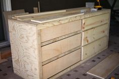 Free printable PDF plans with step by step instructions of how to build a DIY 6 drawer dresser. Easy to build using basic tools. Dresser Bed, Long Dresser, Modern Dresser, 6 Drawer Dresser, Big Dressers, Nightstand, Diy Dresser Plans, Diy Furniture Plans, Woodworking Furniture