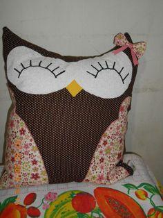 Almofada de coruja sorridente marrom