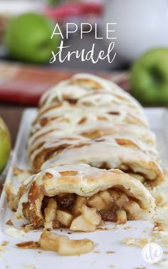Make Apple Strudel at home with this delicious and easy recipe. desserts puff pastry Homemade Apple Strudel Recipe (made with puff pastry) Mini Desserts, Puff Pastry Desserts, Puff Pastry Recipes, Puff Recipe, Pastries Recipes, German Desserts, Puff Pastries, Homemade Pastries, Easy Desserts