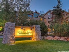 2-bedroom one level Trail s End condo. Open floor plan featuring 2 master suites and Deer Valley ski slope views! Private hot tub on deck. Ski-In/Ski-Out at Deer Valley Resort and 5 minutes to historic Main Street Park City. Full service amenities including front desk, concierge, swimming pool, fitness room, steam/sauna and ski storage. Offered turnkey – fully furnished with a few artwork exceptions.
