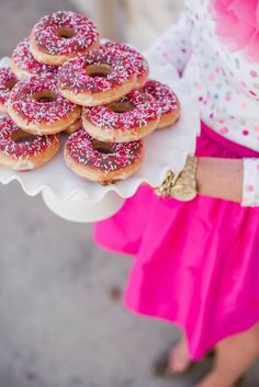 Trend alert for weddings: Stack of donuts // Just Dandy