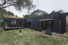Sustainable prefab beach house in Blairgowrie - Designhunter - Sustainable Architecture with Warmth & Texture